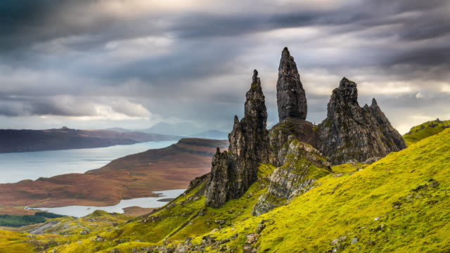 time lapse: old man of storr - paesaggio spettacolare video stock e b–roll