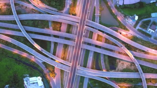 4 k の時間の経過またはハイパー経過: 空撮ネットワークまたは輸送や配布のコンセプトの背景に高速道路道路の交差点。 - 最上部点の映像素材/bロール
