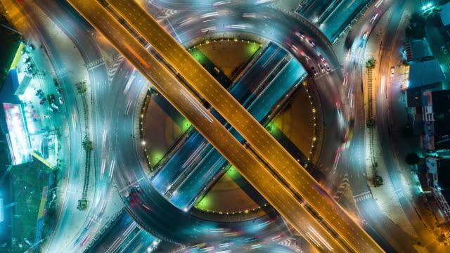 4k zeitraffer oder hyper zeitraffer: luftaufnahme netzwerk- oder kreuzung der autobahn road für transport oder verteilung konzept hintergrund. - oberer teil stock-videos und b-roll-filmmaterial