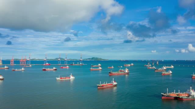 4k time lapse eller hyper lapse: oil ship tankfartyg parkering på havet väntar på last eller lossa olja vid lastkajen från raffinaderiet för transport på havet. - oljeindustri bildbanksvideor och videomaterial från bakom kulisserna