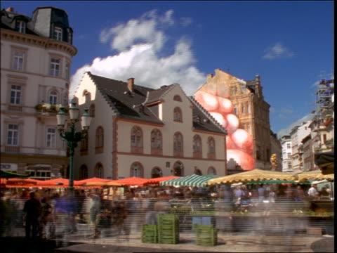 time lapse outdoor marketplace (marktplatz) + clouds in city plaza / wiesbaden, germany - wiesbaden stock-videos und b-roll-filmmaterial