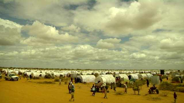 time lapse overview of refugee camp on july 31 2011 in dadaab kenya - アフリカの角点の映像素材/bロール