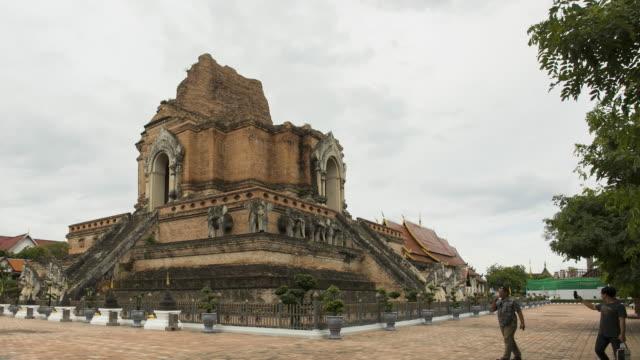 ワットチェディルアンテンプラ、チェンマイ州、タイのタイムラプスパゴダ;パンモーション - 長さ点の映像素材/bロール