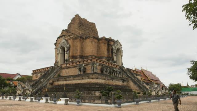 ワットチェディルアンテンプラ、チェンマイ州、タイのタイムラプスパゴダ;ズームインモーション - 長さ点の映像素材/bロール