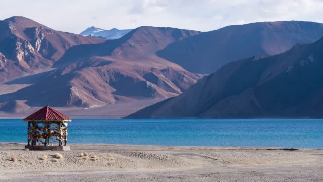 4k time lapse : pangong lake of leh ladakh and  landscape footage with himalayan mountains  at jammu and kashmir,  northern india - jammu e kashmir video stock e b–roll