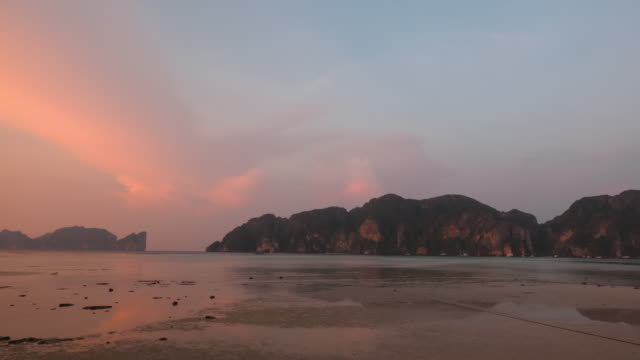 time lapse panning of sunrise at phi phi islands - orizzonte video stock e b–roll