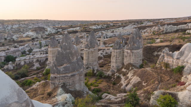 time lapse : panoramic fairy chimneys of cappadocia with ancient cave houses near goreme, cappadocia, turkey - cliff dwelling stock videos & royalty-free footage