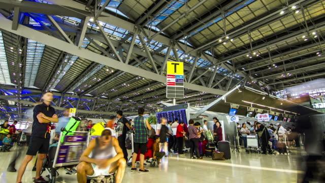 vídeos y material grabado en eventos de stock de lapso de tiempo de espera: pasajeros en el aeropuerto de terminal - señal de información