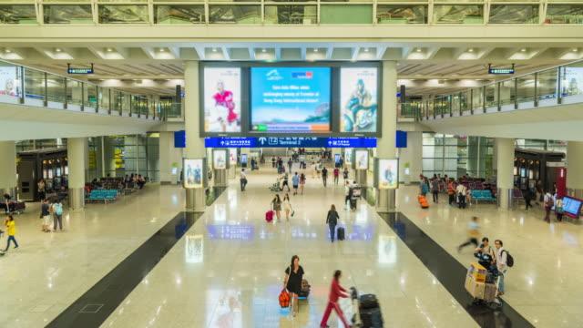 4 K Zeitraffer: Passagiere im Flughafen während des Wartens Tasche Wandern