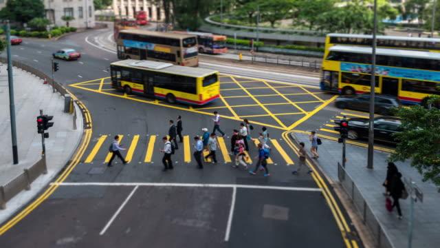 vídeos de stock, filmes e b-roll de lapso de tempo: pedestre que cruza a estrada no distrito da baixa de hong kong - kowloon