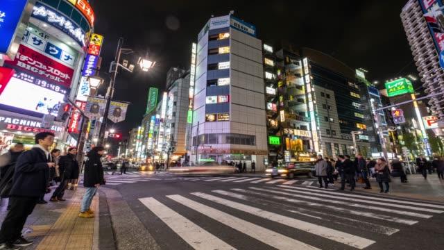 4K Time Lapse-Fußgänger überqueren Zebra-Kreuzung und Einkaufen im Zentrum von Shimbashi Gebiet-Tokio Japan
