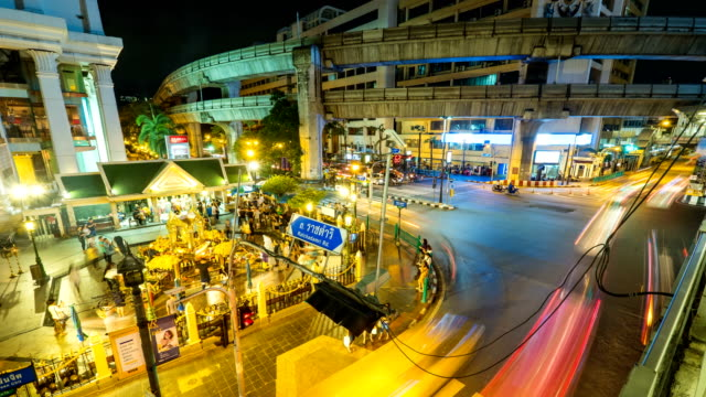 4 k time lapse (低速度撮影):歩行混雑したバンコクでエラワン聖堂 - エラワン聖堂点の映像素材/bロール