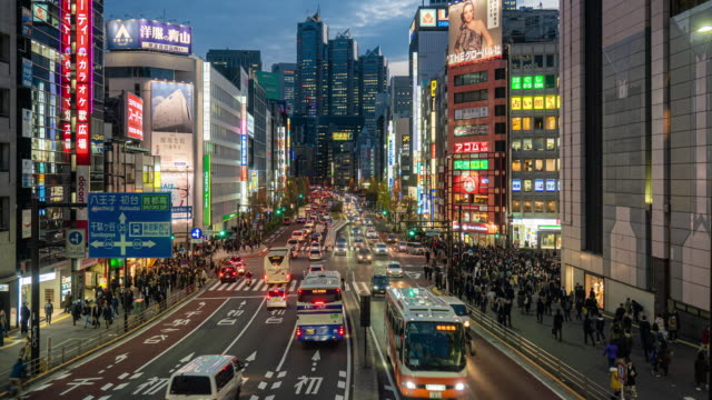 vídeos de stock e filmes b-roll de 4k time lapse: pedestrian crowded at night in shinjuku, japan. - bairro de shinjuku