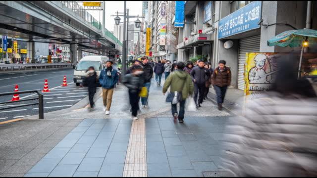 4k tids fördröjning-fot gängare gå runt roppongi på kvällen-tokyo japan - fönsterrad bildbanksvideor och videomaterial från bakom kulisserna