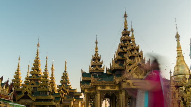 vídeos de stock, filmes e b-roll de lapso de tempo de 4k: turista pedestres andando no templo de shwedagon, yangon, myanmar (birmânia) - templo
