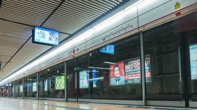 4k tidsfördröjning: fotgängare resenären och turist publiken i tunnelbanestationen i hongkong - kollektivtrafik bildbanksvideor och videomaterial från bakom kulisserna