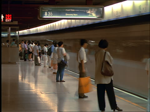 vídeos de stock e filmes b-roll de time lapse people and trains in (mtr) subway station / hong kong - 1997