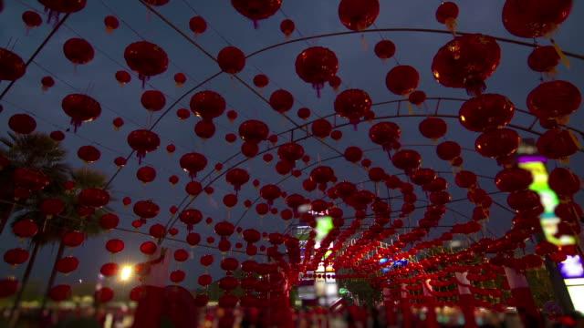 zeitraffer: menschen genießen sie chinesische laterne in chinesische neujahrsfest - chinesisches laternenfest stock-videos und b-roll-filmmaterial