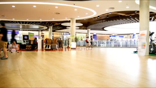Le temps qui passe, personnes dans un centre commercial