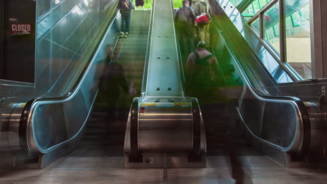 vídeos de stock e filmes b-roll de time lapse people racing up and down a set of escalators - filadélfia pensilvânia