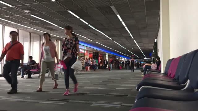 vídeos y material grabado en eventos de stock de hd-time lapse: gente caminando en el aeropuerto de viaje - alfombra