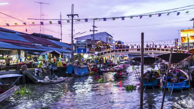 time lapse : people travelling at Asian floating market from dusk to night