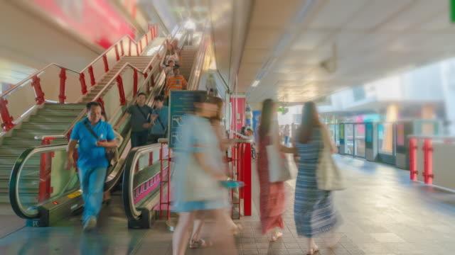 vídeos de stock e filmes b-roll de 4k time lapse : people waiting in line at train station - pessoas em fila
