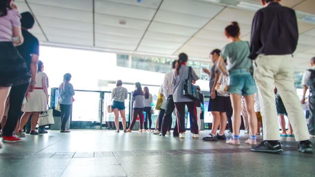 vídeos de stock e filmes b-roll de time lapse: pessoas à espera na estação ferroviária de linha - pessoas em fila