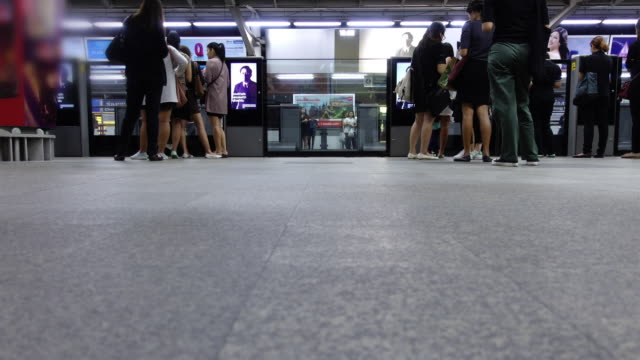Time lapse : people waiting in line at train station