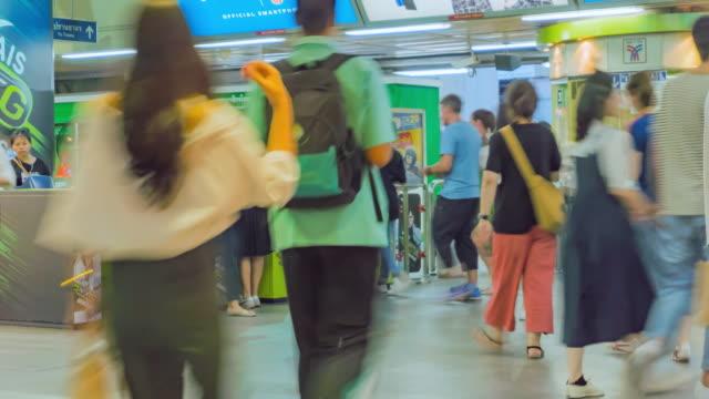 vídeos de stock, filmes e b-roll de lapso de tempo de 4k: pessoas andando na estação de trem - estação