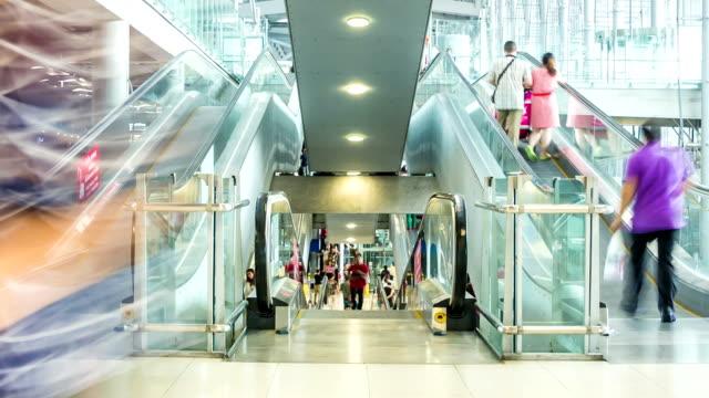 vidéos et rushes de hd time-lapse, personnes marchant sur l'escalator dans l'aéroport - télévision haute définition