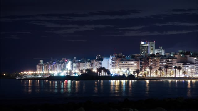 stockvideo's en b-roll-footage met time lapse, pocitos beach at night, montevideo, uruguay - uruguay