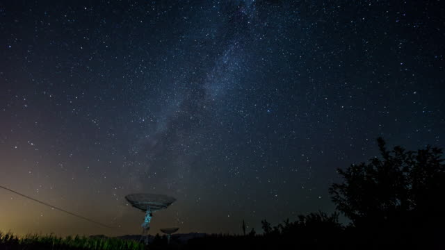 time lapse- radio telescope under the milky way, galaxy (ws zoom) - radio telescope stock videos & royalty-free footage