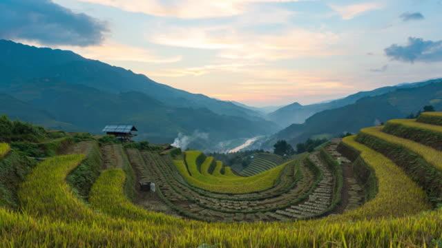 vidéos et rushes de 4 k time lapse: rizières sur mitoyenne à yenbai vietnam.beautiful rizière en terrasse en saison de récolte au coucher du soleil en mu cang chai - rizière