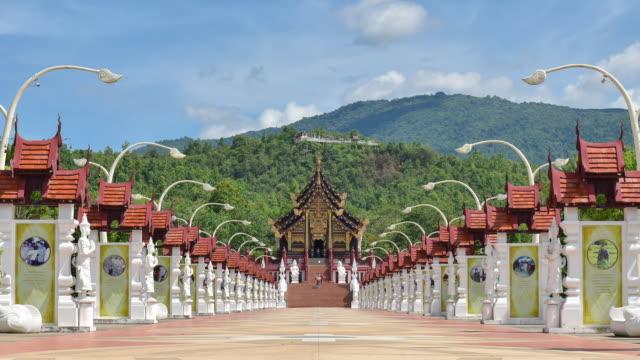 uhd-zeitraffer: royal pavillon (ho kham luang) das wahrzeichen von lanna architektonischen stil von chiang mai, thailand - provinz chiang mai stock-videos und b-roll-filmmaterial