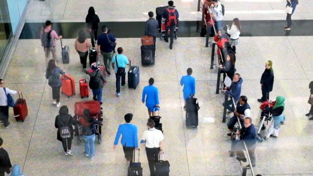 zeit ablauf rush hour des menschen zu fuß in und heraus auf dem gehweg am flughafen. der passagier überprüfen ihren kampf - zoll und einwanderungskontrolle stock-videos und b-roll-filmmaterial