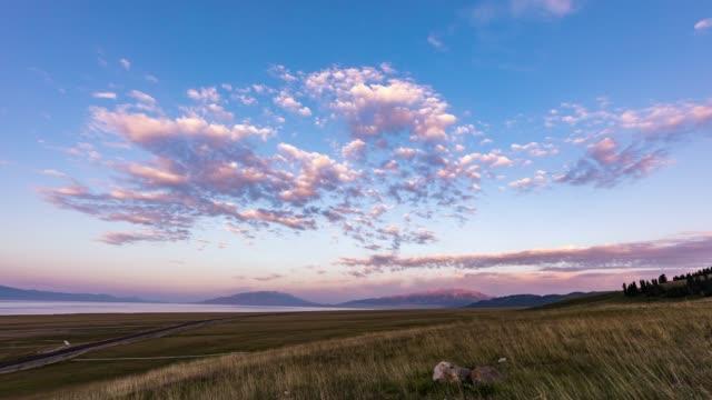 日没時の/sayram 湖、新疆ウイグル自治区、中国 - 新疆ウイグル自治区点の映像素材/bロール