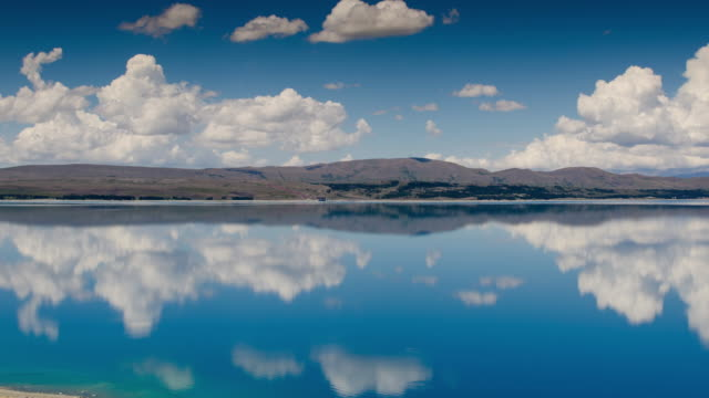 vidéos et rushes de paysage de la déchéance de ciel bleu et un lac turquoise au lac pukaki mt.cook national park, new zealand, dolly tourné de gauche à droite le temps - paysages