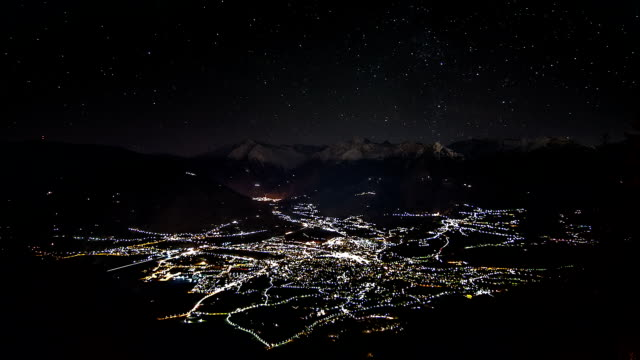 time lapse sequence of merano and uprising moon - alto adige video stock e b–roll