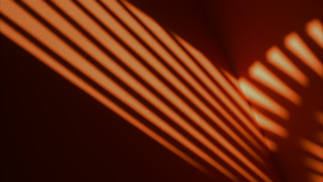 vídeos de stock, filmes e b-roll de time lapse shadows passing over orange wall - sombra