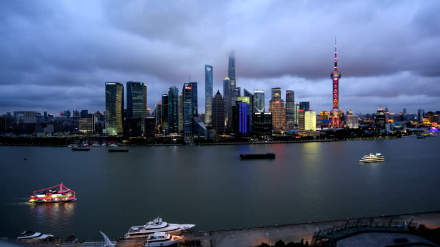 vídeos de stock, filmes e b-roll de time lapse: shanghai cityscape and huangpu river from day to night - torre oriental pearl