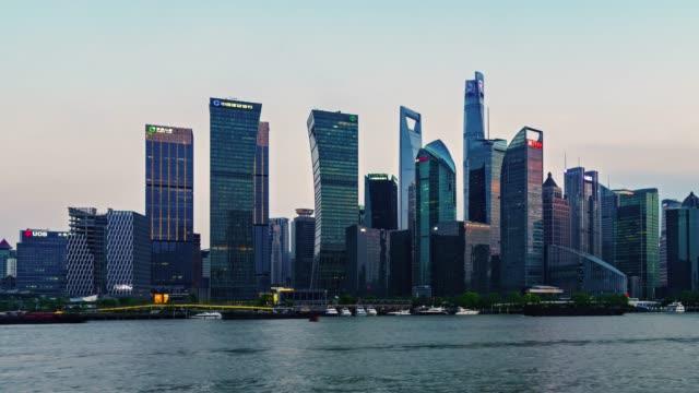vídeos de stock, filmes e b-roll de lapso de tempo shanghai skyline ao pôr do sol - torre oriental pearl