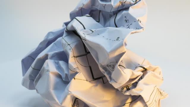 vídeos y material grabado en eventos de stock de el lapso de tiempo de 360 grados de rotación del plan de papel del arquitecto no es aplicable. - arrugado