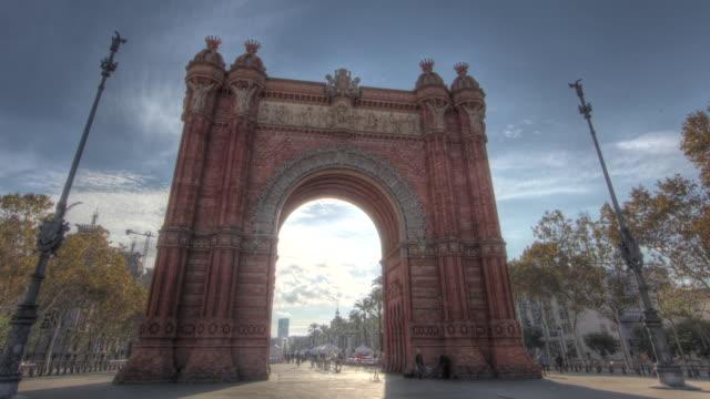 vídeos de stock e filmes b-roll de time lapse shot across the beautiful arc de triomf in barcelona. - arco do triunfo arco