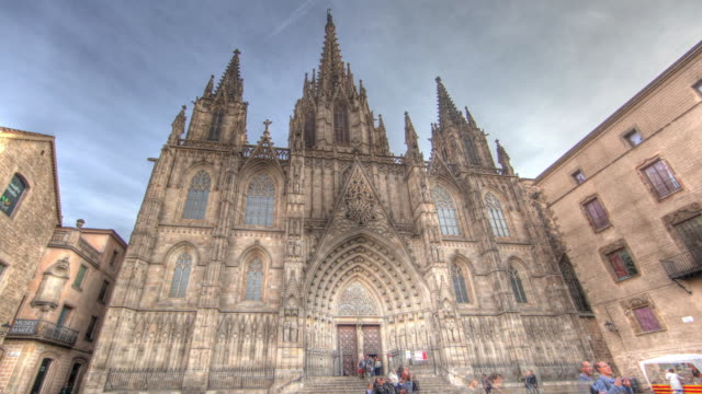 time lapse shot across the exterior of barcelona cathedral. - ゴシック地区点の映像素材/bロール