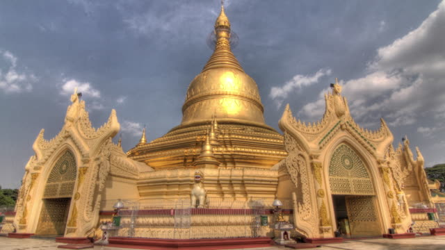 time lapse shot around the exterior of the shwedagon pagoda in yangon. - pagoda点の映像素材/bロール