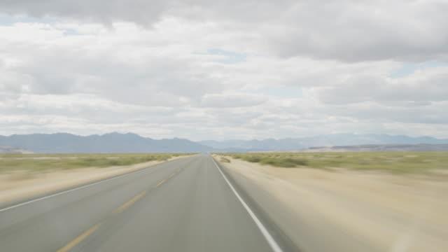 zeitraffer aufnahme durch die wüste fahren - dessert stock-videos und b-roll-filmmaterial