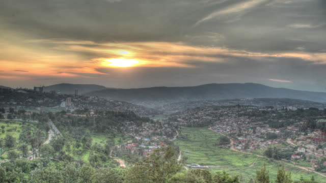 time lapse shot from day to dusk over the city of kigali. - キガリ点の映像素材/bロール