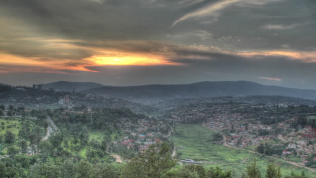 time lapse shot from day to night across the city of kigali. - キガリ点の映像素材/bロール