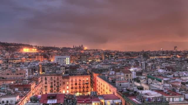 vidéos et rushes de time lapse shot from dusk to night over the city of barcelona. - quartier